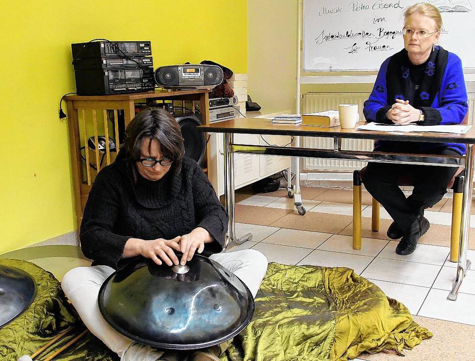 Die Not von Flüchtlingen einst und jetzt brachten Petra Eisend (links) und Elke Tober-Vogt in Wort und Musik nahe. Foto: Ursula Lux @Mainpost
