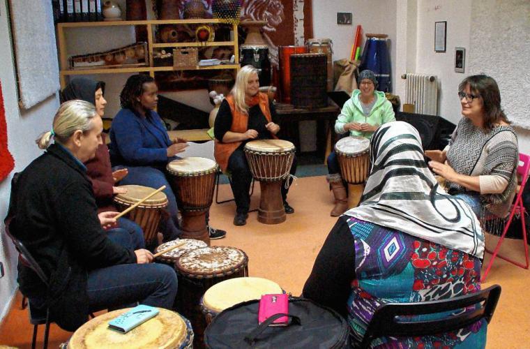 Unter der Leitung von Petra Eisend bereitet sich eine internationale Trommlerinnengruppe auf ihren ersten Auftritt vor. Foto: Elke Tober-Vogt