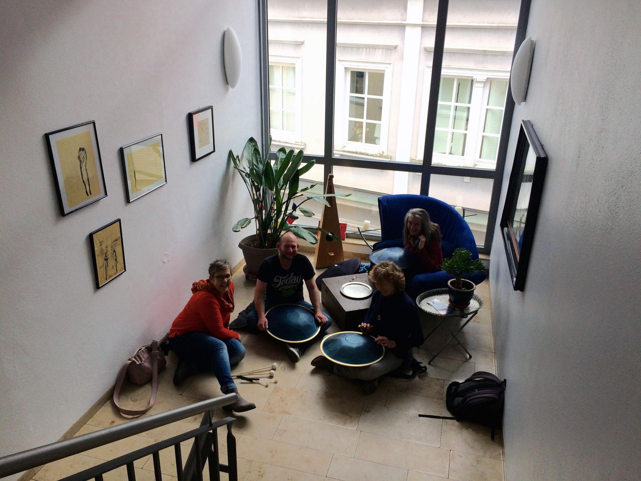 Handpan Session im Treppenhaus